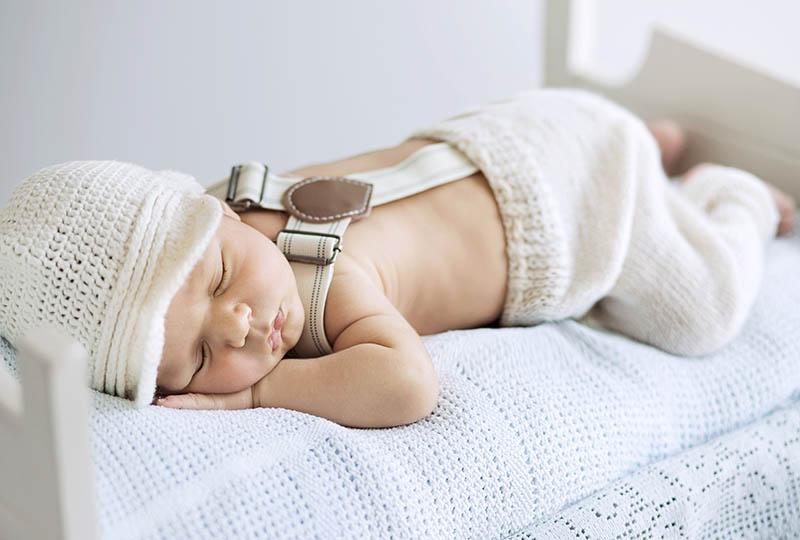 Een pasgeboren baby die rustig ligt te slapen