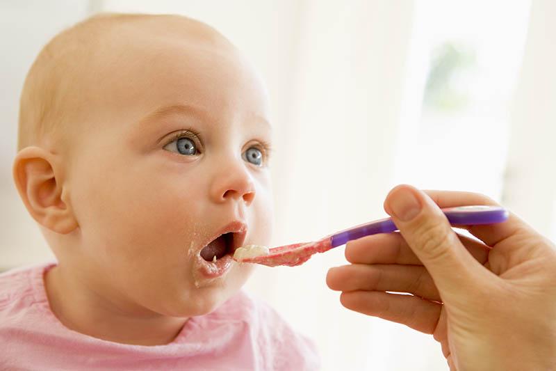 Een baby die voeding krijgt