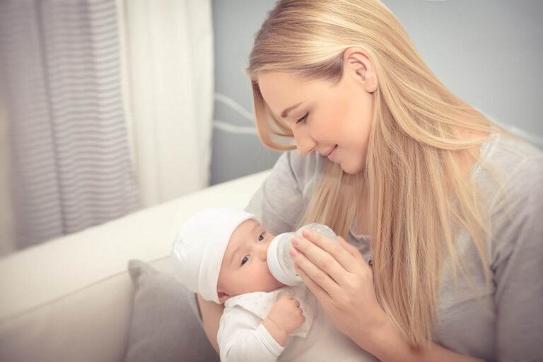 Moeder voedt haar baby | Baby wakker maken voor voeding