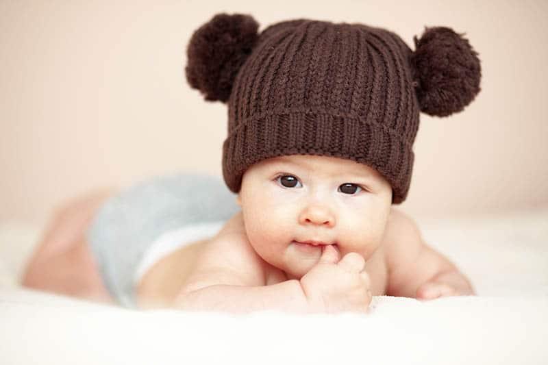 3 maanden oude baby met zijn hoofdje omhoog