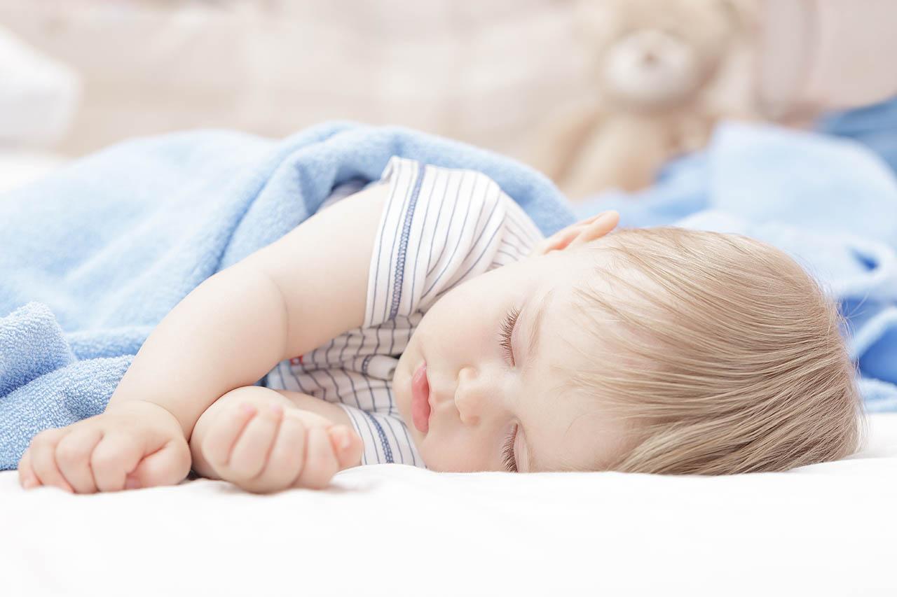 Een baby die ligt te slapen   Hoe lang mag een baby slapen